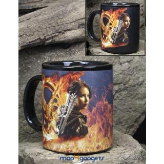 Αυθεντική κεραμική κούπα με τους πρωταγωνιστές του Ηunger Games. Ετοιμαστείτε να εντυπωσιάσετε καθώς οι εικόνες αλλάζουν όταν η κούπα ζεσταίνεται. Αρχικά βλέπετε μόνο τις εικόνες της Katniss και του Peeta, αλλά μόλις η κούπα ζεσταθεί βλέπετε την Κοτσυφόκισσα (Mockingjay) και φλόγες. Ένα μοναδικό δώρο για τους λάτρεις του Hunger Games! - Hunger Games authentic products in Greece - only by Mad4Gadgets.gr