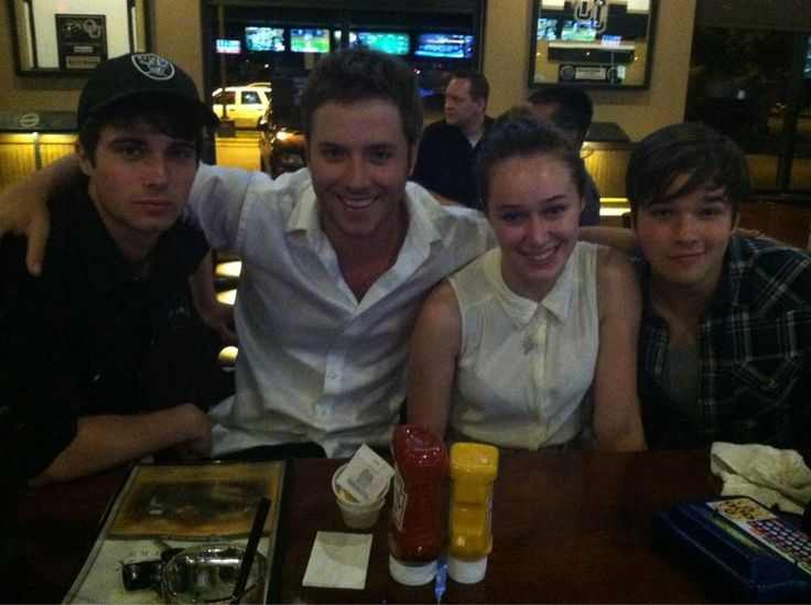 A cute pic w/ Max Deacon, Jeremy Sumpter, Alycia Debnam Carey, & Nathan Kress