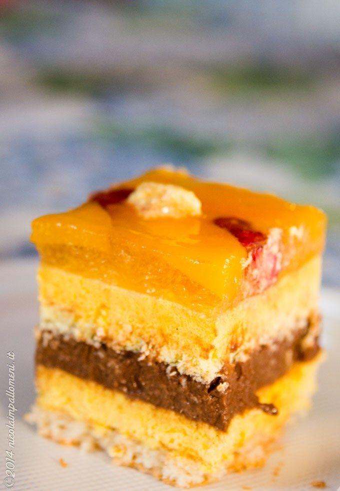 Bavarese alla vaniglia cremoso al cioccolato pesche e fragoline di bosco