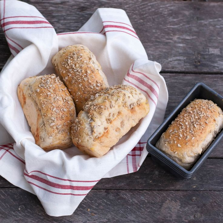 Ge ditt vita bröd en lite nötigare smak med solroskärnor i och på limporna.