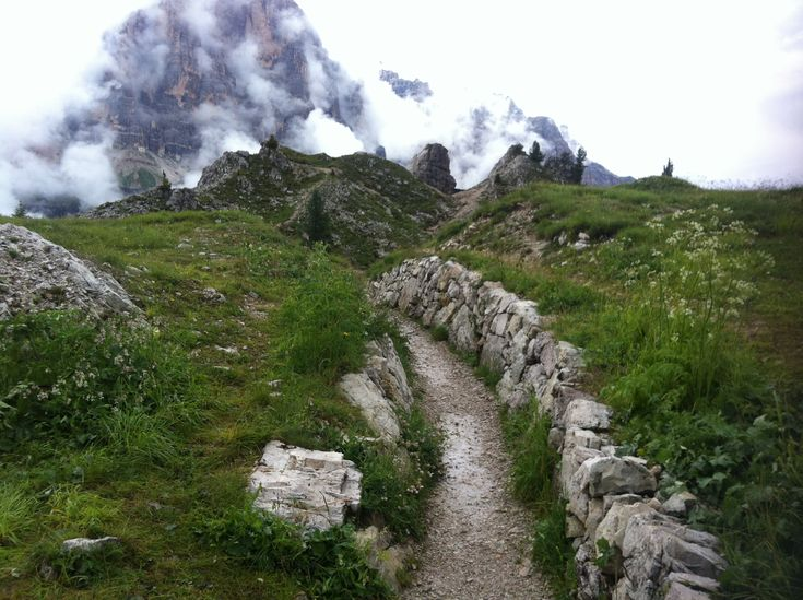 """[Camminare tra le Dolomiti d'Ampezzo] Volevo fare un inizio ad effetto tipo """"Non indovinerete mai dov'ero qui"""" ma mi sono accorta che l'ho scritto nel titolo. Pazienza. La foto qui sotto l'ho scattata ai piedi delle Cinque Torri, il punto più alto che abbiamo raggiunto durante Cortina Hiking Trip dopo 27 km di cammino."""