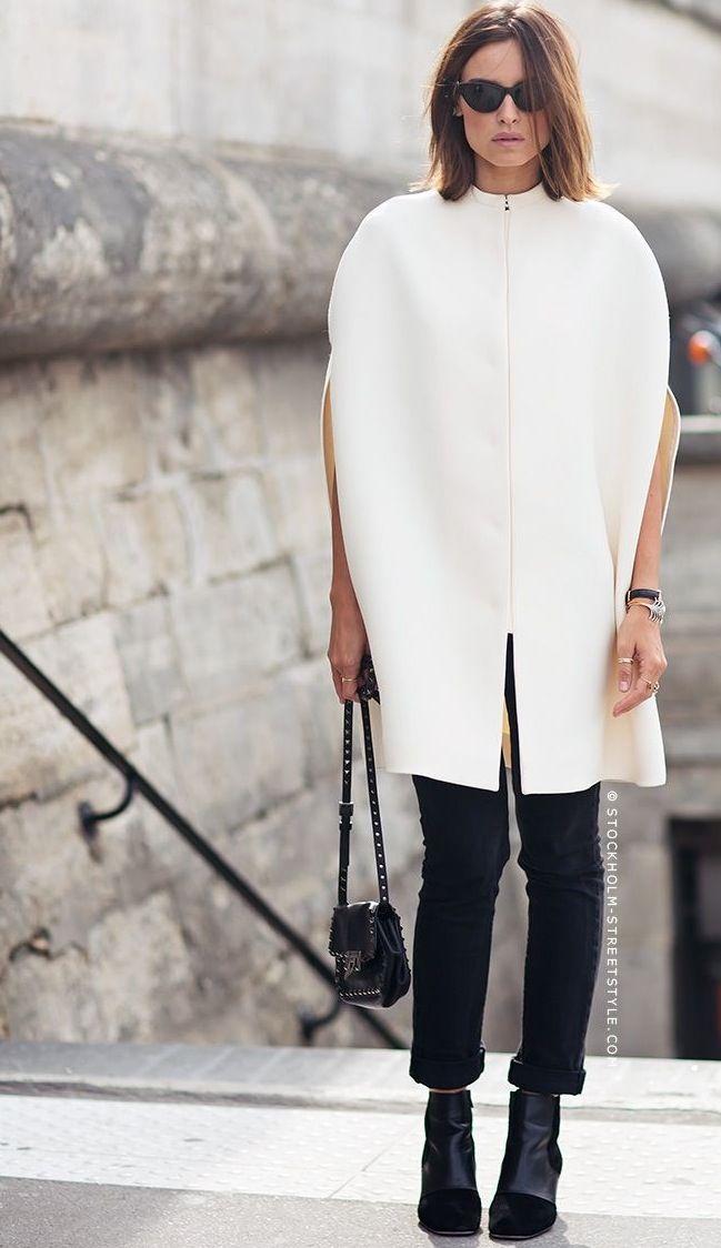 Capa branca e calça preta compõe um look refinado e clean.