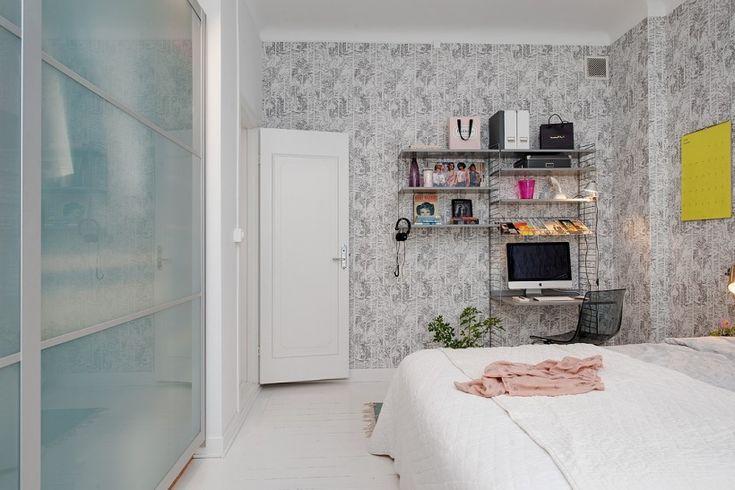 piaskowane szklane drzwi w zabudowie szaf w sypialni z kącikiem na domowe biuro - Lovingit.pl