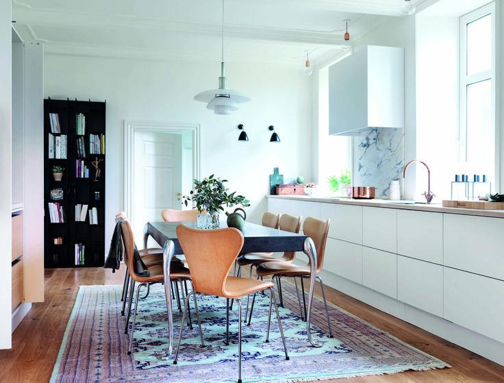 Moderne design i historiske rammer. Se mere af køkkenet på www.jke-design.dk.