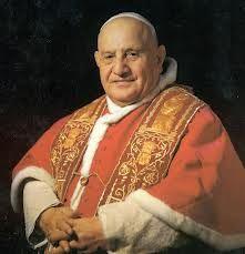 Juan XXIII el Papa Bueno es muy recordado porque fue aquel que revolucionó la iglesia católica debido a que cambió la manera de oficiar la misa de espaldas a los oyentes y en latín, Juan XXIII logró que el celebrante se colocará  de frente a los feligreses y se expresara  en idioma patrio.