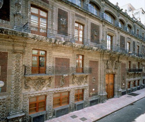 El museo Palacio de Cultura Banamex se encuentra dentro del Palacio de Iturbide, y se enfoca tanto a difundir el arte popular mexicano como a la colección particular del Banco Nacional de México.2 .