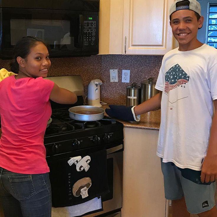 The lovely teen volunteers baking dessert at the Ronald McDonald House. #giveback #volunteer #communityfirst #communityservice  #ronaldmcdonaldhouse #momsinhawaii #baking #timewellspent #teens #aloha #oahu #inthekitchen
