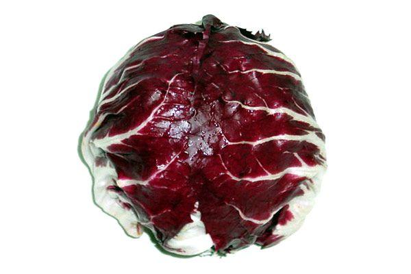 「トレビス」 原産地はヨーロッパで、外見は紫キャベツとよく似ていますが、英語でRed-leaved chicoryと言い、チコリ(アンディーブ)の一種でキャベツとは全く別の品種です。  サラダの彩りに良い淡色野菜です。  加熱すると苦みが出て色も抜けるので、生食がオススメです。