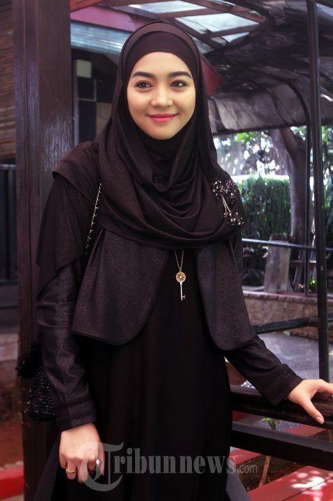 jilbab hitam cokelat nuri maulida