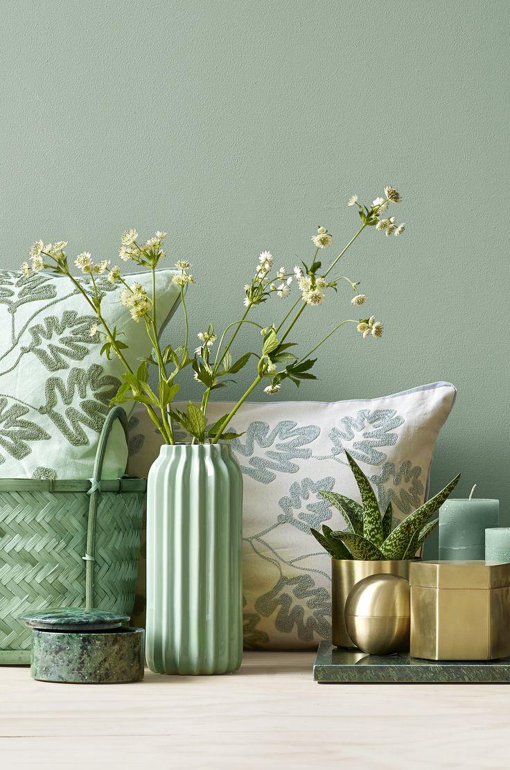 Du kan tilføre Botanica-stilen i din bolig med tekstiler, flere planter i indretningen og/eller ved at skrue op for de grønne nuancer generelt.  Her har vi valgt en kombination af Botanica, marmor og gyldent messing. Men der er mange muligheder. #inspirationdk #bolig #botanik #trend #boligtrend