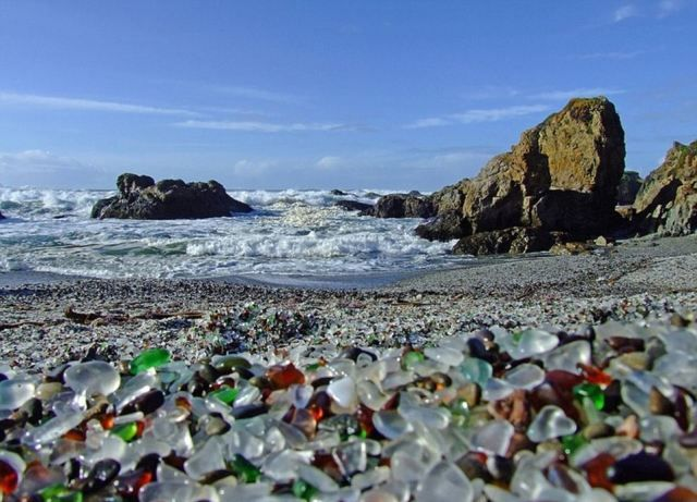 Glass Beach - Καλιφόρνια, ΗΠΑ   Τα κύματα της θάλασσας βοήθησαν στη δημιουργία των γυάλινων βότσαλων της παραλίας και από το 2002 που η «γυάλινη παραλία» άνοιξε ξανά, αποτελεί μία από τις πιο δημοφιλείς τουριστικές ατραξιόν της περιοχής.