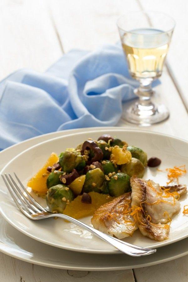 Un secondo piatto leggero ma saporito, reso ancor più gustoso grazie alla marinatura dei filetti di orata in succo di arancia e dall'insalata di cavoletti.