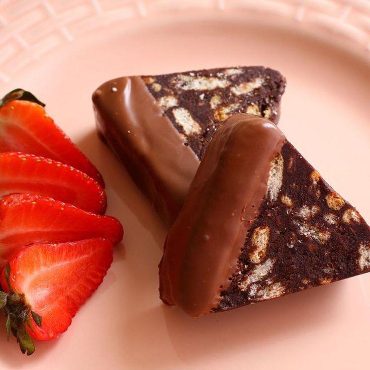 En sevdiğim ❤👌🏻 Hayırlı cumalar. Rabbim herkesin gönlündeki iyi niyetli isteklerini nasip etsin ❤ Malzemeler; 1 paket kutu krema (200ml) 3 paket sütlü çikolata (240 gr) 2 paket petitbör bisküvi  Yapılısı; Kremayı tencereye alın kaynama noktasına getirip fokurdamadan kapatın. Doğranmış çikolatayı ilave edip karıştırın. Bisküviler kırıp ilave edin ve karıştırın. Buzdolabında 15 dk kıvam almasını bekleyin. Dilerseniz silikon bir kalıba alıp şekil verin. Yada benim gibi yağlı kağıda alıp uzun…