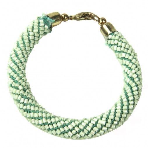 Mint groene ronde kralenarmband met bronze metalen afwerking en een metalen sluiting.