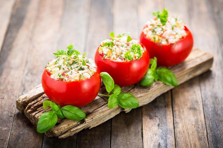 Préparation : 1. Plongez l'oeuf une dizaine de minutes dans une casserole d'eau bouillante. Lavez les tomates et coupez le dessus de manière à dégager un chapeau. Évidez-les à la petite…