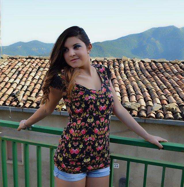 Rosellina Mele - T-shirt con maniche in pizzo