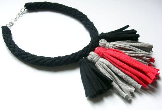 Collar de borlas de trapillo trenzado. Collar de flecos por Tayny