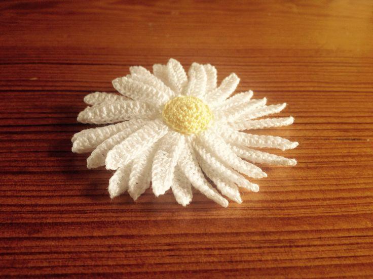 Spring daisy brooch by hookcrochet