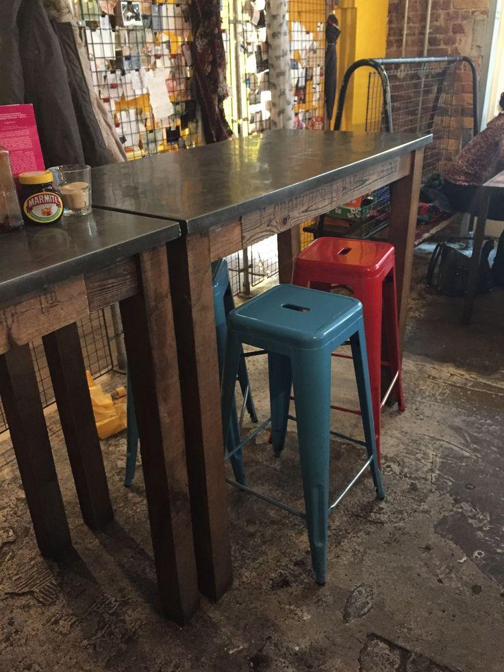 The Breakfast Club // hoge tafels, hout & metaal, stoere barkruk