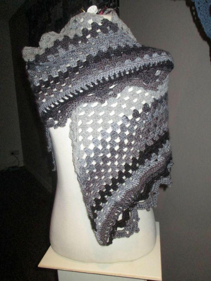 mooie gehaakt sjaal of omslagdoek in grijs worden op bestelling gemaakt