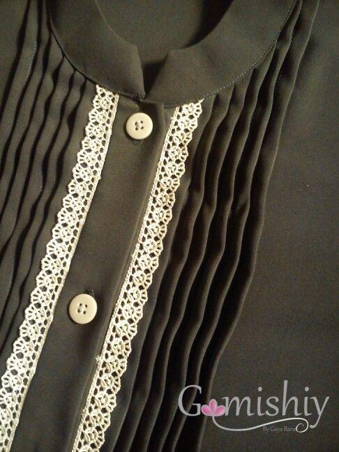 Gamis opnaisel dengan renda bordir. Panjang bukaan dibuat hampir sampai pinggang, jadi lebih nyaman untuk ibu menyusui.