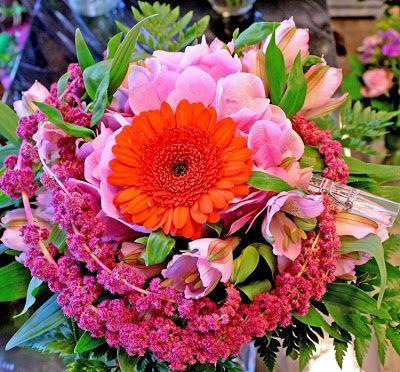 http://holmsundsblommor.blogspot.se/2009/05/stort-tack.html bukett med germini, hortensia, amaranthus, alströmeria, grönt, klädnypa