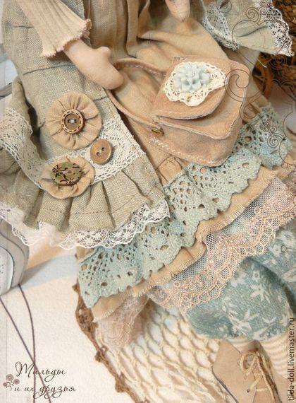 Купить или заказать Кукла в стиле Бохо: Николетта ( коллекция Бохо Шик) в интернет-магазине на Ярмарке Мастеров. Текстильная кукла в сказочном наряде стиля Бохо - неотразимая Николетта! Гардеробу девушки позавидует любая ценительница стиля Бохо - в работе использованы натуральны ткани - лен, хлопок, трикотаж, кружево, ботиночки и сумка - замша. В великолепном наряде подобраны изумительные расцветки тканей - пастельные оттенки коричневого, пыльно-голубого, а так же бежевые цвета.