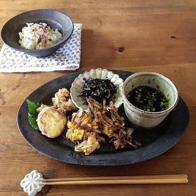 今朝は早起きだったので気持ちはお昼かブランチ。天ぷら粉を使って鶏天といも天。天ぷら粉、使ったことがなくてかき揚げはどうなんだろうと思いわからなくてかき揚げはいつも通り小麦粉とお水で。さぁ食べようとしたら娘が。。揚げものは気分じゃないと言いながらもかき揚げ以外平らげ追加でまた揚げて。。な、朝ごはん。  今日も藤原さんの器で。。。 ………………………………………………………………………………#朝ごはん#朝ご飯#朝食#おうちごはん#器#うつわ#陶器#和食器#器好き#うつわ好き#器あんぽんたん同盟#藤原純#藤原純強化デー#叶谷真一郎#中西申幸#若菜綾子#そばちょこ#蕎麦猪口#輪花#オーバルプレート#天ぷら#鶏天#いも天#かき揚げ#宗田節#鰹本枯節#刺し子#刺し子刺繍#針仕事
