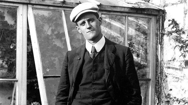 James Joyce: Dubliňané  Ke sto třicátému výročí narození Jamese Joyce vyšly dva překlady jeho prozaického debutu Dubliňané. Zatímco Argo znovu vydalo původní překlad klasika oboru Aloyse Skoumala, nakladatelství Odeon nechalo román nově přeložit u Kateřiny Hilské. Z něj pochází následující ukázka.