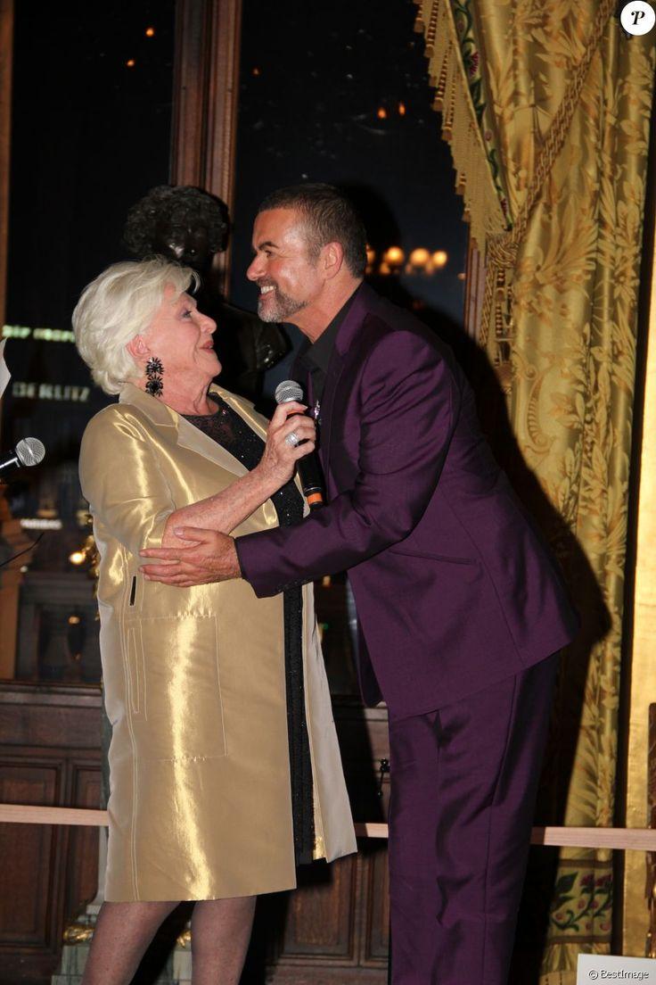 George Michael avec Line Renaud lors de son concert à l'Opéra Garnier à Paris avec le spectacle de sa tournée Symphonica, au profit du Sidaction, le 9 septembre 2012. Le chanteur anglais est mort à 53 ans le 25 décembre 2016.