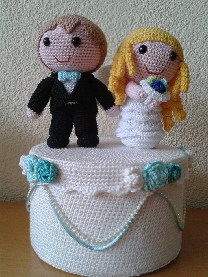 Wat een leuk idee, maak een bruidstaart voor het bruidspaar en verpak je cadeau hierin.