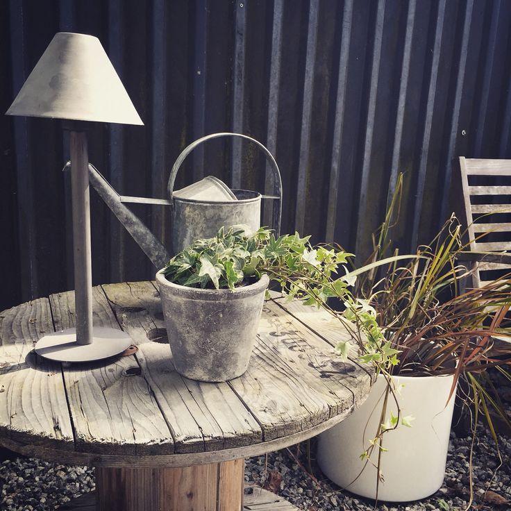 Detalj i trädgården. Kabeltrumma som bord.