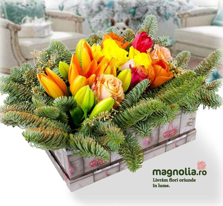 Aranjament de iarnă cu trandafiri, crini şi crenguţe de brad