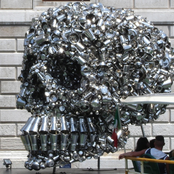 Love the creative use of metal pitchers & bowls...wished it had been there when I visited Venice, Italy.