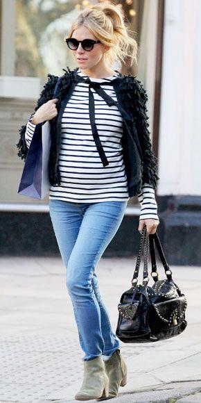Tenue femme enceinte - T-shirt manches longues marin, jean clair, bottines & gilet ouvert noir à poils longs