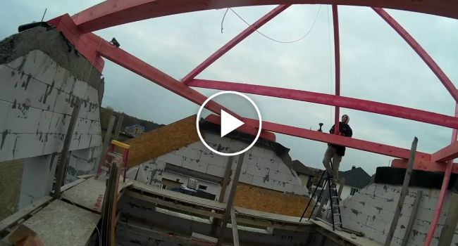 Trabalhador Faz Excelente Demonstração De Como Não Instalar Um Telhado