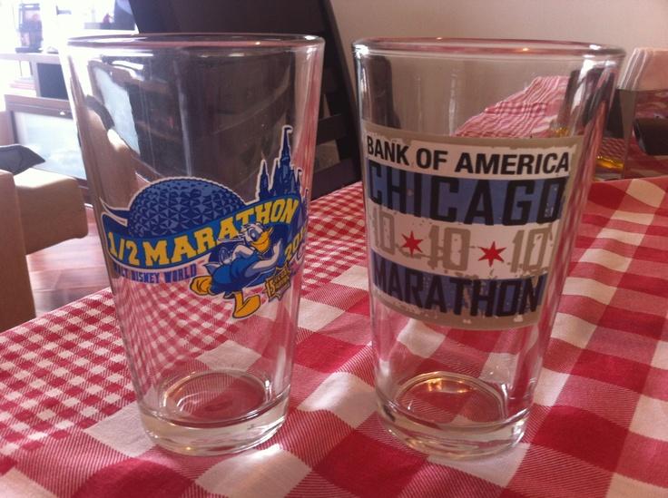 Almoço de domingo de casal corredor é assim: Alê usa copo da Meia da Disney e eu, o da Maratona de Chicago.