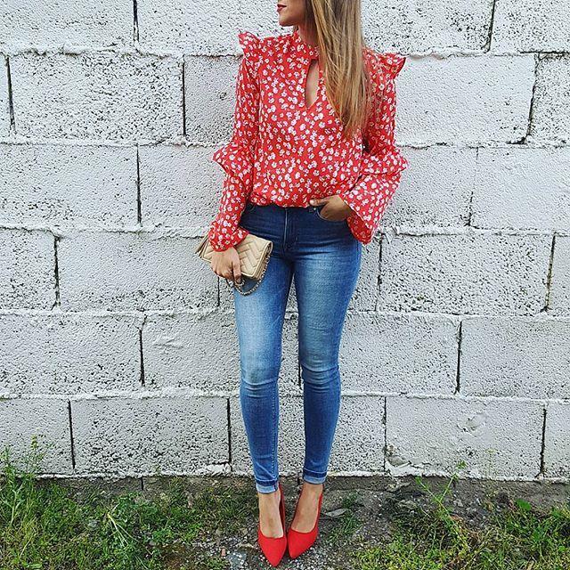 Que bonita es esta blusa ❤  @chollomoda   Usando el código IVANO tienen el 21% de descuento  Jeans @mango (outlet)  Zapatos @cosasdeanamoda.es   Bolso @zara (old)    A por la tarde!  #ootd#lookoftheday #instablogger #streetstyle #trend