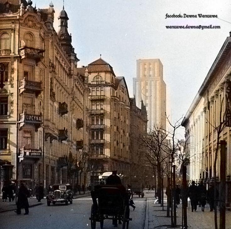 Ulica Szpitalna w kierunku pl. Napoleona(dziś pl. Powstańców Warszawy). W tle widoczny istniejący do dziś najwyższy wieżowiec w przedwojennej Warszawie - Prudential, 1934 rok.