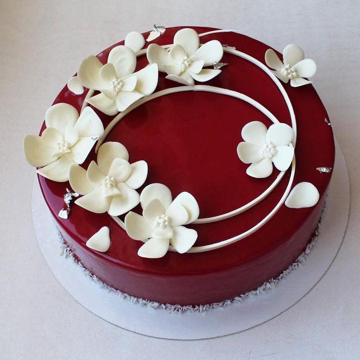 """Как я назвала его """"торт-сад"""" для девушки, которая оставила дизайн на мое усмотрение) внутри голубика, шоколад, хрустящий слой с пралине и роялтином, мусс с маскарпоне и семенами ванили декор-белый шоколад (да, да, он подкрашен) #торт #тортбезмастики #cake #candybar #туапсе #муссовыйторт #шоколад #зеркальнаяглазурь #цветы #шоколадныецветы #pastry #patisserie #pastryartru #chocolate #chocolate_jewels #pastry_inspiration #DessertArtisan #glaze #mirrorglaze #tuapse #entremet"""