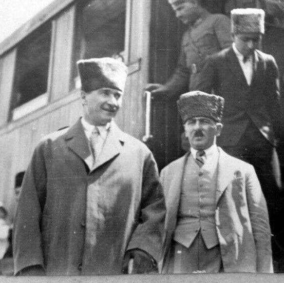 Atatürk Eskişehir'de Tayyare Alayı'nı Denetlerken. (9 Haziran 1936).