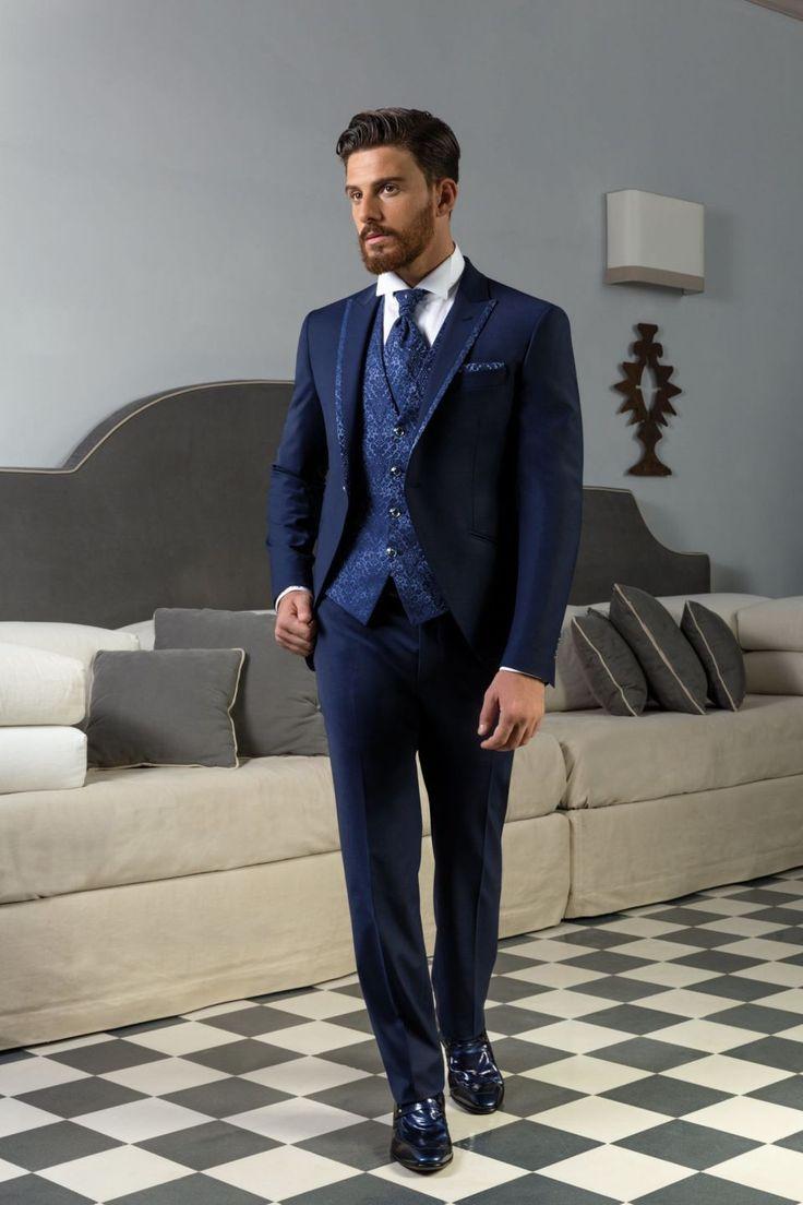 Vestito da sposo blu marino con giacca stondata, revers e gilet disegno cashmere