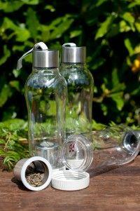 Botella Outdoor. Capacidad 0,7 L. Ideal para la oficina, paseos, deportes, etc. Posee filtro interno para el té o las infusiones. Cierre hermético.