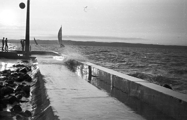 1965 Balatonlelle, Hajóállomás, Vitorláshajó, Viharjelző kosár, fotó © Pálinkás Zsolt