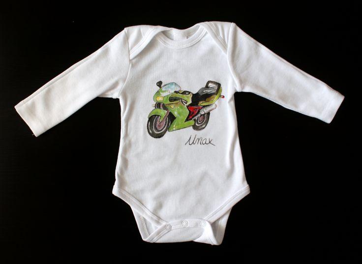 En Lolitaluna además de nuestros propios diseños podemos pintarte en todas nuestras prendas el diseño que tu elijas: lo podemos hacer a partir de un dibujo, una fotografía....¡pregúntanos sin compromiso!. Esta foto es de un body personalizado con una moto para Unax.