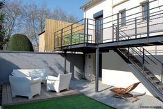 Réalisation d'une terrasse sur mesure en acier noir avec un sol en bois. Design…