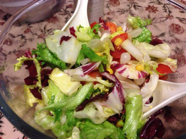 Mix insalata con aceto di mele, olio, sale, pomodori ciliegino, mais e cipolline sottaceto