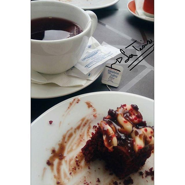 Un té de frutos rojos, acompañado de una torta de red velvet de la @lachocolateriac☕🍰, el complemento perfecto para pasar los tragos amargos que te da la tesis📚😢 · · · #publicidad #ahoramecreofotografa #influencer #tambienmecreoimportante #meconocensoloenmicasa