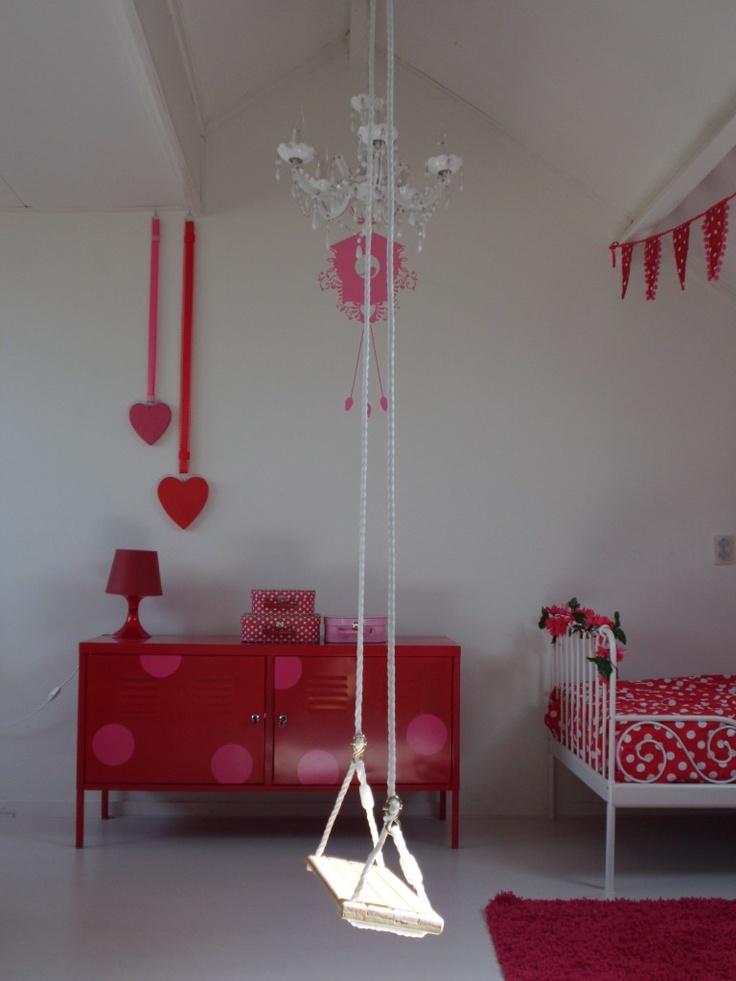meisjeskamer rood met witte stippen....