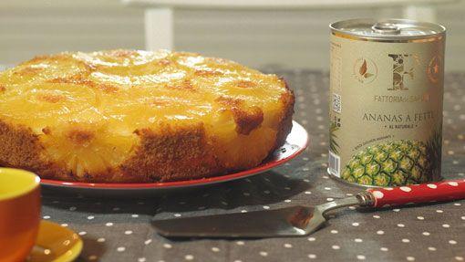 Torta capovolta allo yogurt e ananas caramellato INGREDIENTI  10 fette di ananas sciroppato Fattoria dei Sapori 2-3 cucchiai di sciroppo di conservazione  125 gr di yogurt bianco intero  125 gr di zucchero semolato  250 gr di farina 00  125 gr di maizena  120 ml di olio di semi (arachidi o girasole)  3 uova  1 bustina di lievito per dolci  3-4 cucchiaini di zucchero  Acqua q.b.